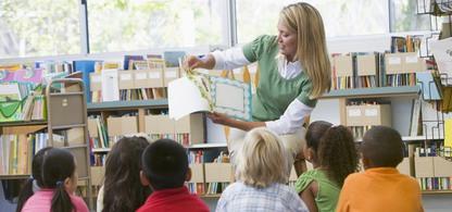 Förskollärare läser i en bok för barn. Förskollärare som i framtiden är ett av bristyrkena i Halland.