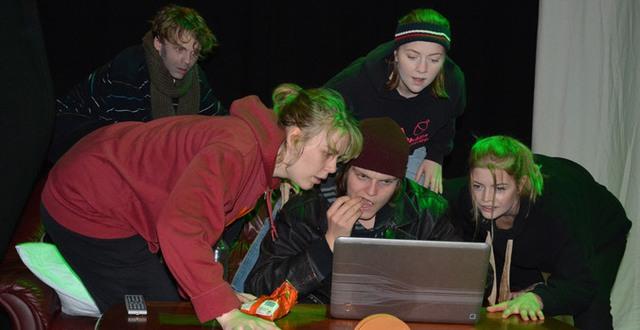 Deltagare på Skådespelarlinjen Katrinebergs folkhögskola spelar en scen ur Brott och Straff.