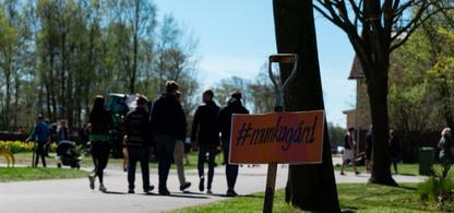 Människor på Munkagårdsgymnasiet och en grep med skylten
