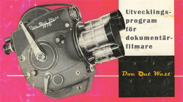 """Äldre modell av filmkamera och texten """"Utvecklingsprogram för dokumentärfilmare, Doc Out West""""."""