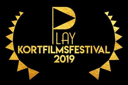 PLAY kortfilmsfestival 2019 logotyp i guldfärg och svart bakgrund.