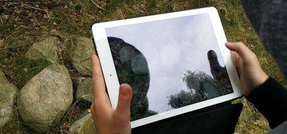 Kulturmiljö, en stenmur, fotograferas och dokumenteras med en lärplatta (ipad).