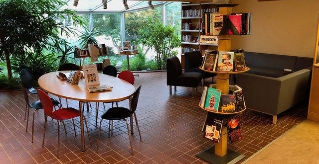 Bilden visar biblioteket på Munkagårdsymnasiet.