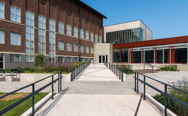 Byggnaden Hallands Konstmuseum och den breda gångvägen fram till den nya entrén.