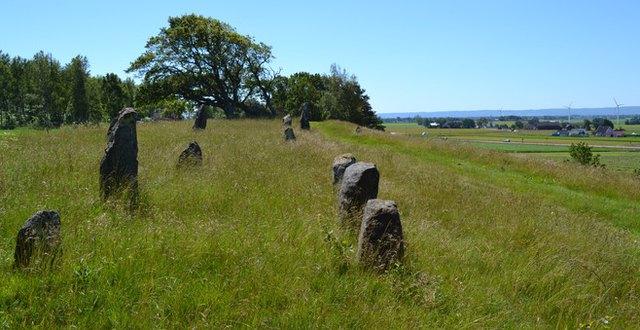 Örelids stResta stenar från äldre järnålder och utsikt mot havet vid horisonten.