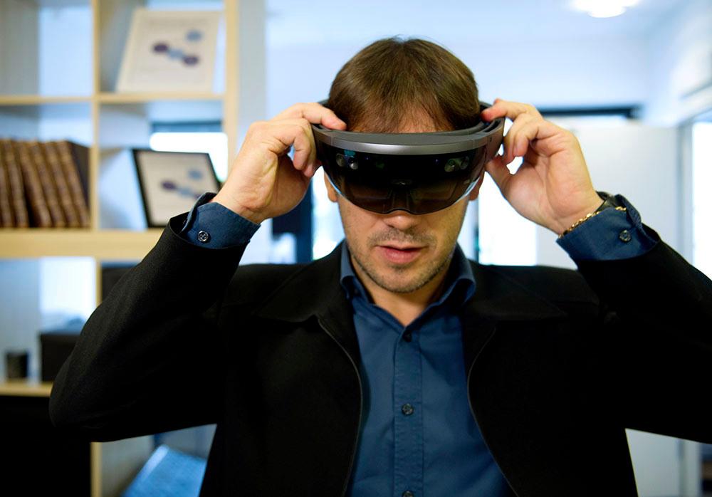 Blandad verklighet. I AR-glasögonen upplever Wagner en 'mixed reality'. Han ser samtidigt lägenheten, som den ser ut i verkligheten, och ett hologram av den där han kan utföra olika saker, som att tända och släcka lamporna.