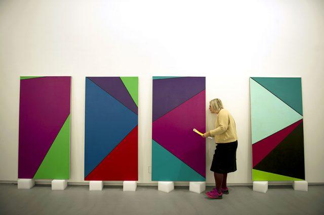 Utställningsansvarig Annelie Tuveros.