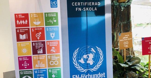 Roll-ups om certifierad FN-skola och globala mål.