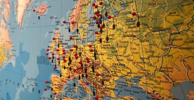 Karta med nålar som märker ut Munkagårdsgymnasiets internationella projekt.