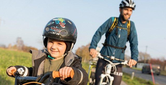 Pappa med son cyklar.