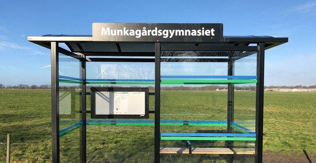Busskur utanför Munkagårdsgymnasiet.