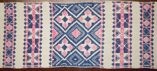 Opphämtaväv med ljus botten och mönster i blått och rosa (rött), rutebra'.