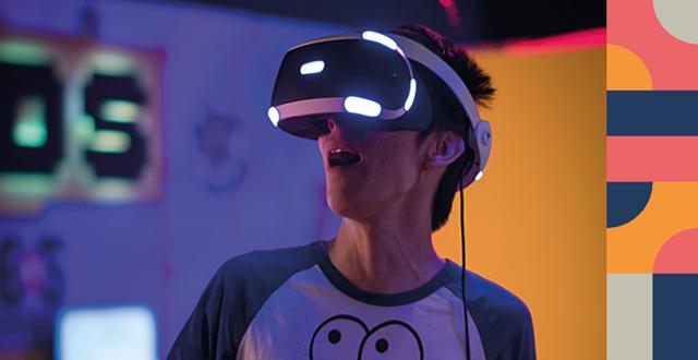 Person med VR-glasögon.