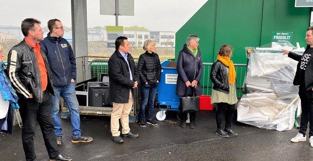 Martin Bekken från BEWiSynbra (längst till höger) visar ett av deras insamlingskärl på en återvinningscentral i Varberg.