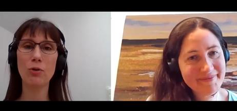 Två personer i ett videosamtal.