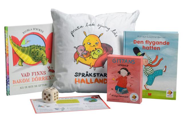 Språkpaket tre med bilderböcker, en kudde, spel, en stor tärning och ett ark med inspiration och tips.