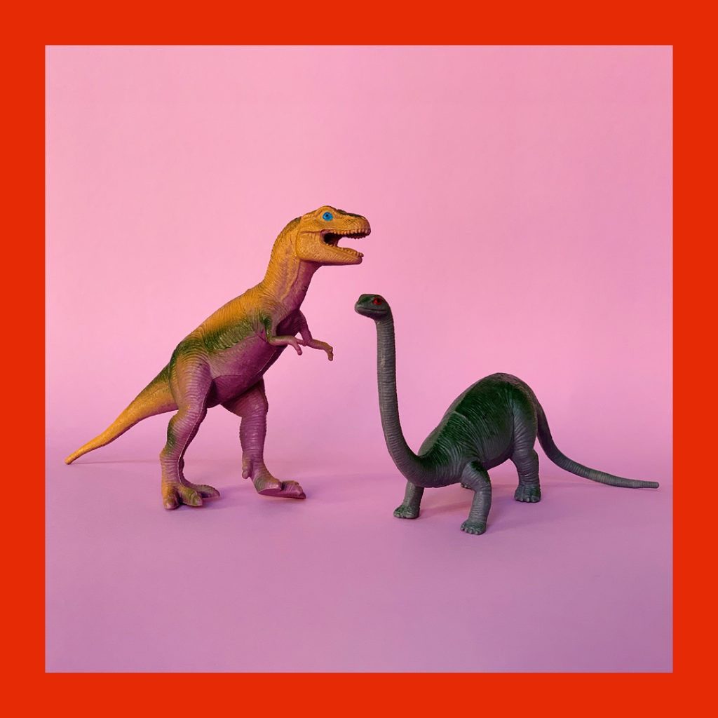 Leksaker i form av två dinosaurier.