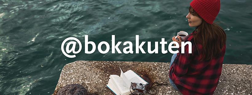 """En tjej med mössa och jacka sitter på en kajkant vid vatten, hon håller en kaffekopp och har en uppslagen bok bredvid sig, över bilden står texten """"@bokakuten""""."""