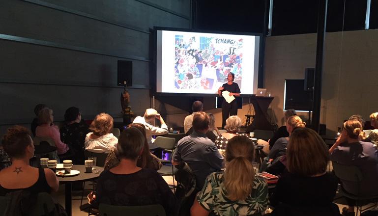 Publik med vuxna lyssnar på föreläsning.