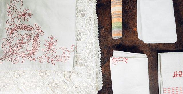 Olika äldre textilier; lakan, dukar, löpare, handdukar.