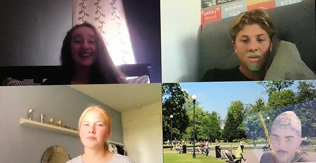 Fyra personer i varsin ruta på en skärm under videomöte.