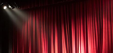 Röd ridå med scenljus.